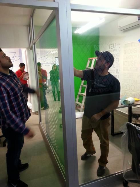 ARRIVE: Estudios y oficinas de estilo moderno por Liferoom