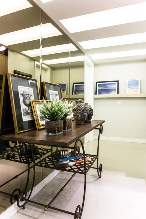 Residencial Super Quadra Atlantica : Corredores e halls de entrada  por Arina Araujo Arquitetura e Interiores
