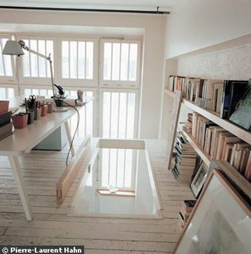 Transformation d'un atelier en appartement à Paris: Bureau de style  par 111 architecture