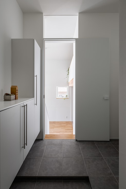 玄関: 内田雄介設計室 が手掛けた廊下 & 玄関です。