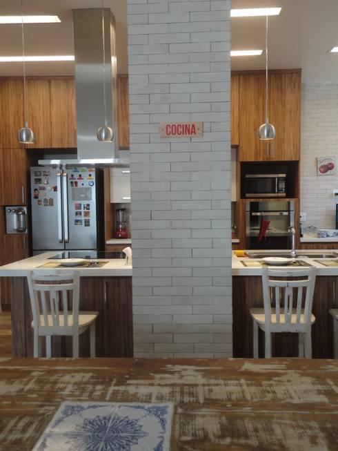 مطبخ تنفيذ Maria Helena Torres Arquitetura e Design