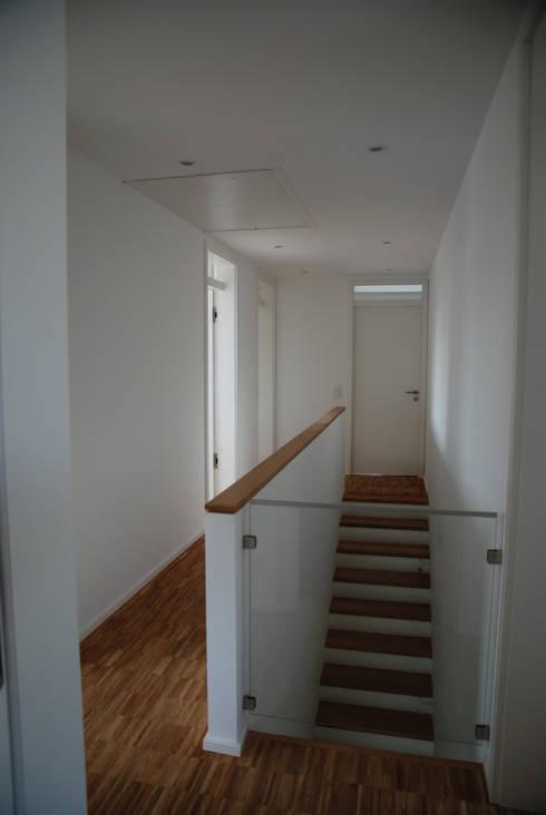 Einfamilienhaus in Steinbach:  Flur & Diele von lauth : van holst architekten