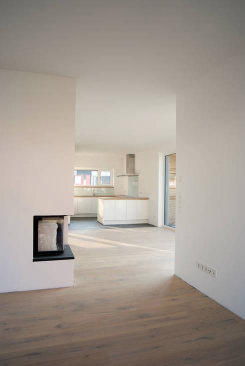 Einfamilienhaus in Steinbach:  Wohnzimmer von lauth : van holst architekten