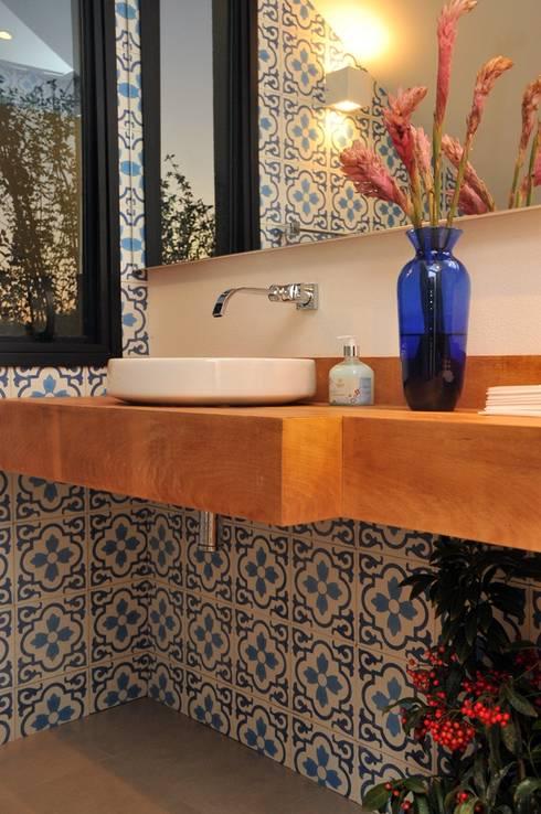 CASA UM QUINTA DO GOLFE: Banheiros modernos por STUDIO LUIZ VENEZIANO