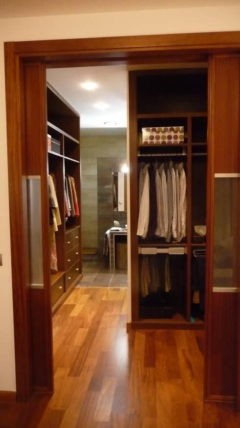 Rehabilitación vivienda unifamiliar: Vestidores de estilo  de Dogares