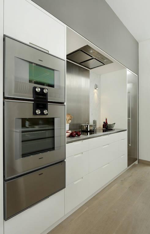 Cocinas de estilo moderno de Cue & Co of London