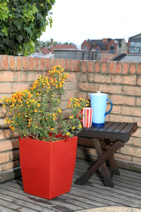 Matera Viridis 40cm Color Roja: Balcones y terrazas de estilo  por Viridis Productos Eco Amigables