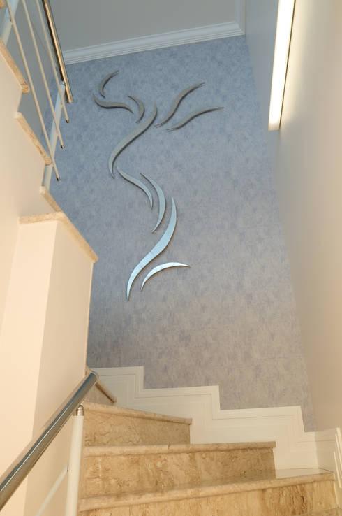 Corridor & hallway by studio VIVADESIGN POR FLAVIA PORTELA ARQUITETURA + INTERIORES