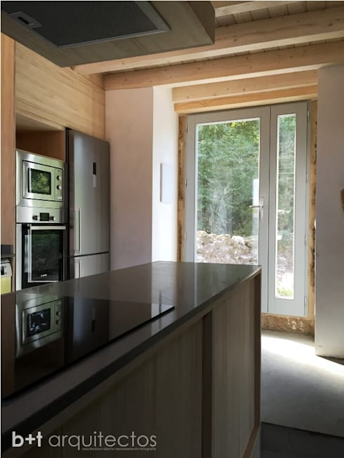 country Kitchen by b+t arquitectos