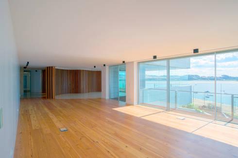 Sala de Estar: Salas de estar clássicas por GRAU.ZERO Arquitectura