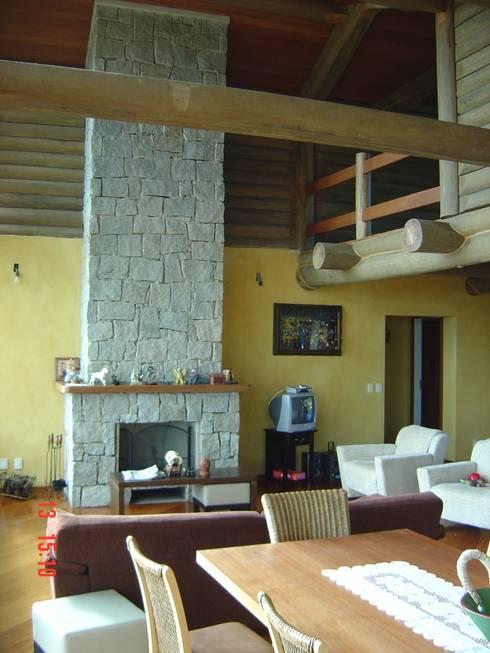 Casa de montanha - NL: Salas de estar  por Carlos Eduardo de Lacerda Arquitetura e Planejamento