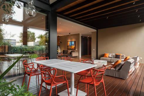 Comedor Terraza: Balcones y terrazas de estilo ecléctico por MAAD arquitectura y diseño