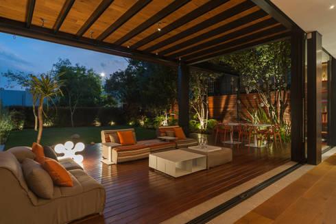 Terraza: Balcones y terrazas de estilo ecléctico por MAAD arquitectura y diseño