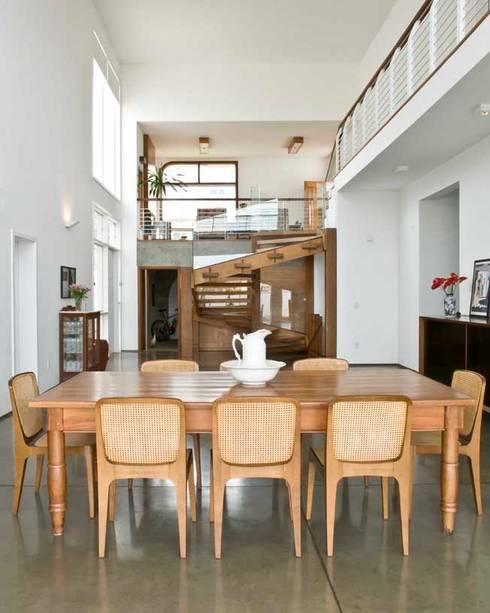 Casa Tatuí: Salas de jantar modernas por Flavio Vila Nova Arquitetura