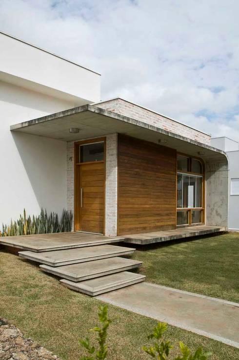 Casa Tatuí: Casas modernas por Flavio Vila Nova Arquitetura