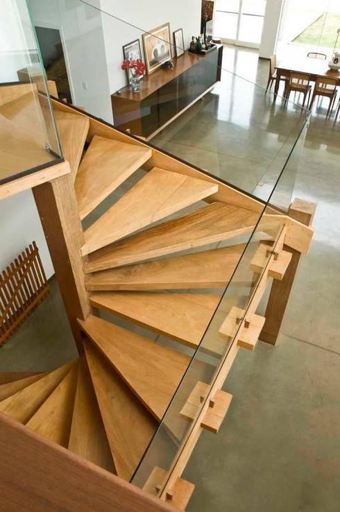 Casa Tatuí: Corredores e halls de entrada  por Flavio Vila Nova Arquitetura