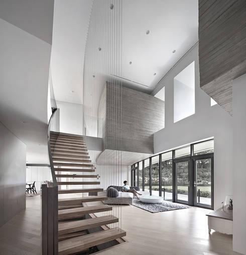 Salas de estar  por 아키텍케이 건축사사무소