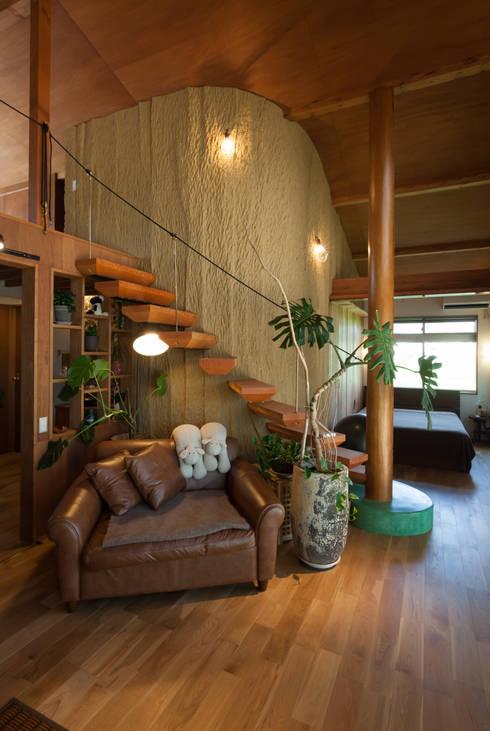Salas de estilo ecléctico por 株式会社グランデザイン一級建築士事務所
