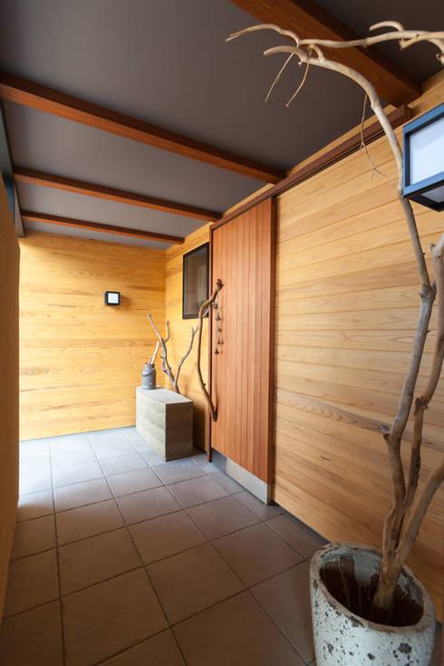 Corridor, hallway by 株式会社グランデザイン一級建築士事務所