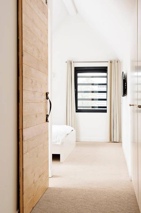 Eigentijdse slaapkamer:  Slaapkamer door Jolanda Knook interieurvormgeving