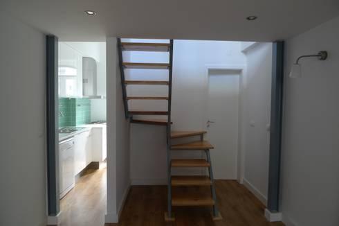 Apartment refurbishment - Campolide, Lisbon: Corredores e halls de entrada  por QFProjectbuilding, Unipessoal Lda