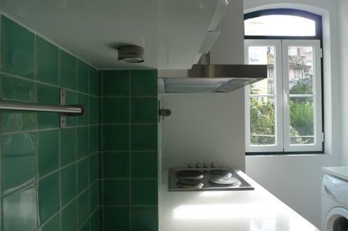 Apartment refurbishment – Campolide, Lisbon: Cozinhas modernas por QFProjectbuilding, Unipessoal Lda