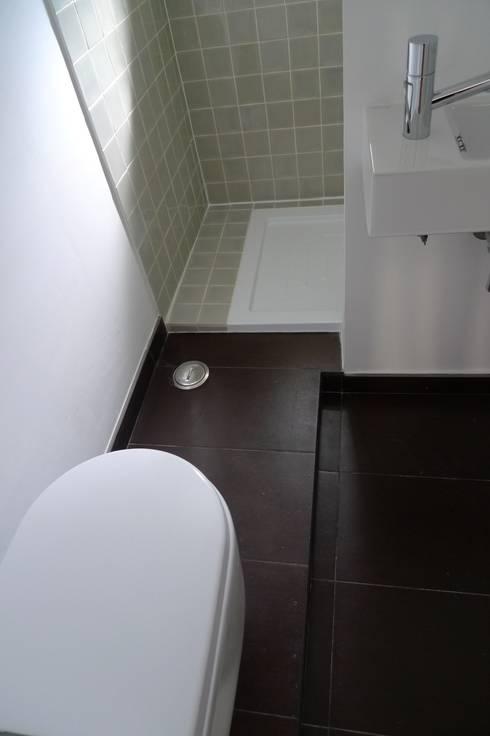 Apartment refurbishment – Campolide, Lisbon: Casas de banho modernas por QFProjectbuilding, Unipessoal Lda