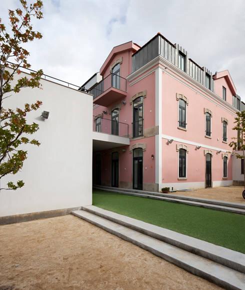 Kindergarten and Nursery: Casas minimalistas por es1arq