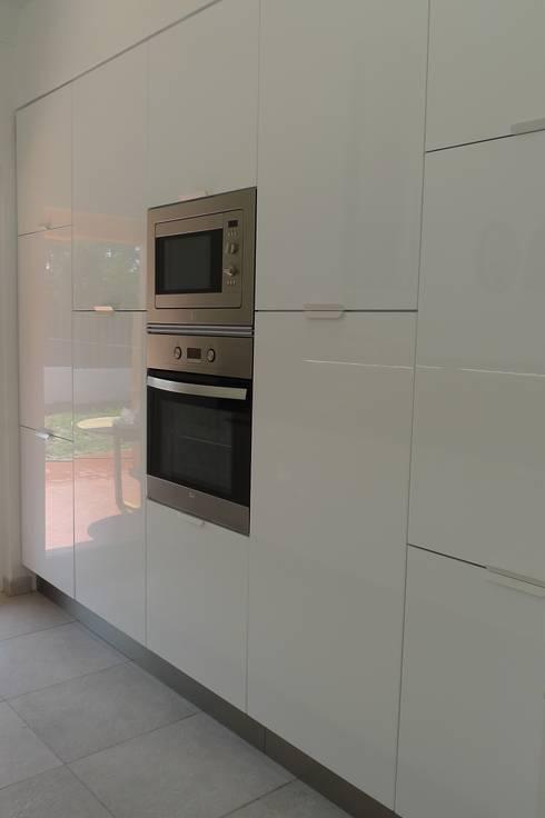House – Carrasqueira, Sesimbra: Cozinhas modernas por QFProjectbuilding, Unipessoal Lda