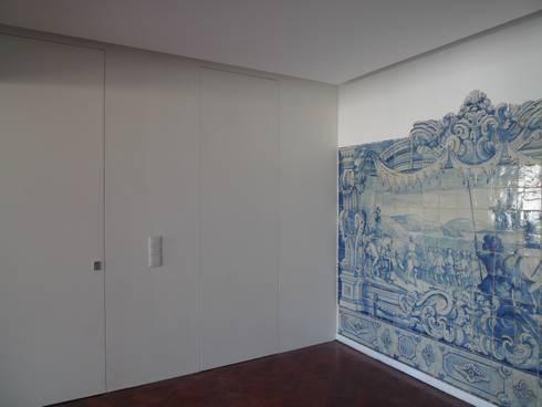 Apartment refurbishment - Avenidas Novas, Lisbon 2013: Corredores e halls de entrada  por QFProjectbuilding, Unipessoal Lda
