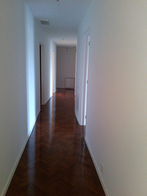 Apartment refurbishment – Avenidas Novas, Lisbon 2013: Corredores e halls de entrada  por QFProjectbuilding, Unipessoal Lda