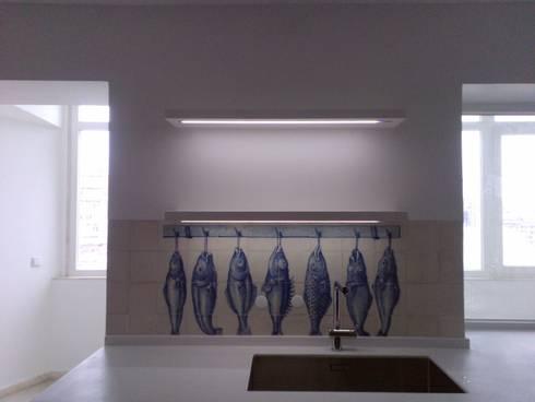 Apartment refurbishment – Avenidas Novas, Lisbon 2013: Cozinhas modernas por QFProjectbuilding, Unipessoal Lda