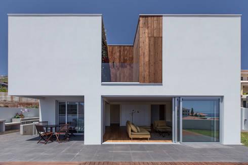 House in Ajuda: Casas modernas por Studio Dois