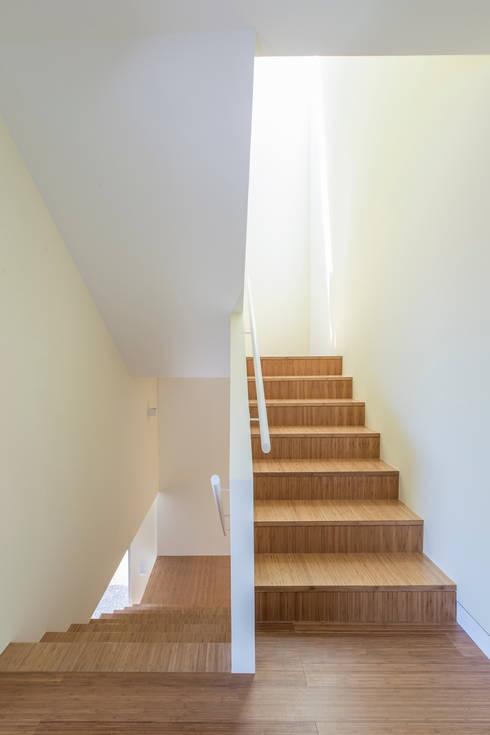 House in Ajuda: Corredores e halls de entrada  por Studio Dois
