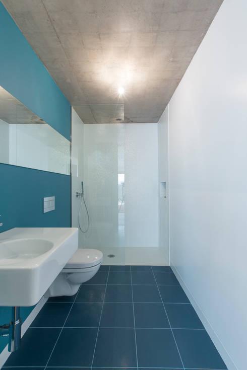 modern Bathroom by Studio Dois