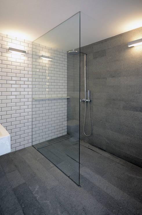 House with Patio: Casas de banho modernas por Studio Dois