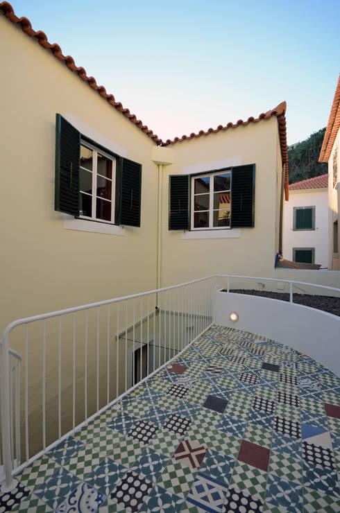 House with Patio: Casas modernas por Studio Dois