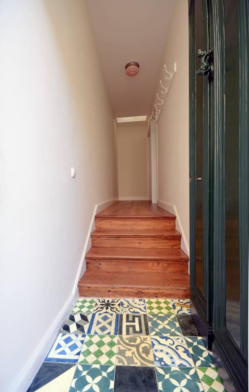 House with Patio: Corredores e halls de entrada  por Studio Dois