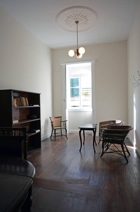 House with Patio: Salas de estar clássicas por Studio Dois