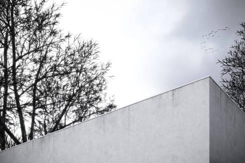 Fachada exterior: Casas minimalistas por Varq.