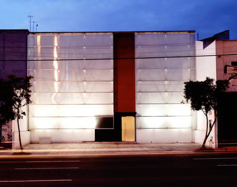Corporativo Knova : Estudios y oficinas de estilo moderno por ARCO Arquitectura Contemporánea