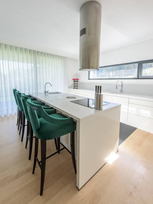 Moradia em Braga: Cozinhas  por NOZ-MOSCADA INTERIORES