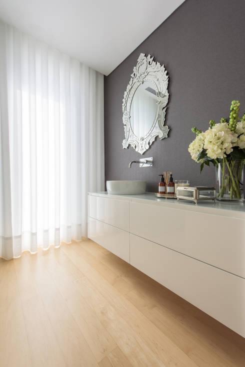Moradia em Braga: Casas de banho modernas por NOZ-MOSCADA INTERIORES