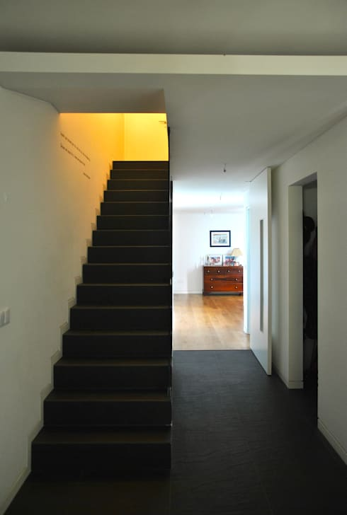 House in Coruche, Santarém: Corredores e halls de entrada  por é ar quitectura