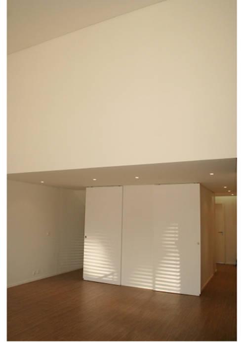 Flat at Graça, Lisboa: Salas de estar modernas por é ar quitectura
