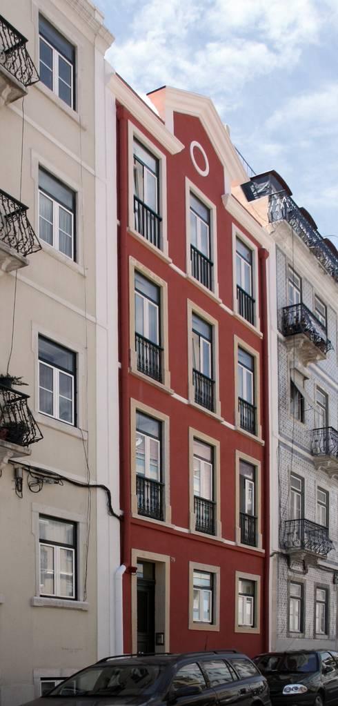 Lapa 79, Residential Building: Casas clássicas por é ar quitectura