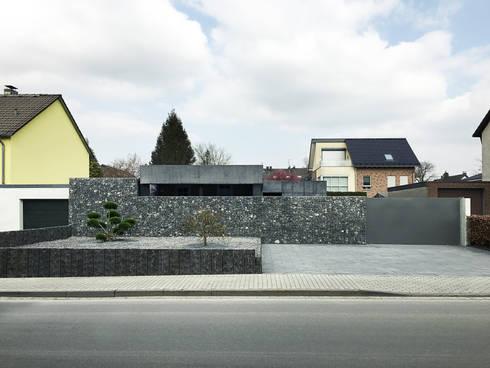 Straßenansicht: moderne Garage & Schuppen von ZHAC / Zweering Helmus Architektur+Consulting