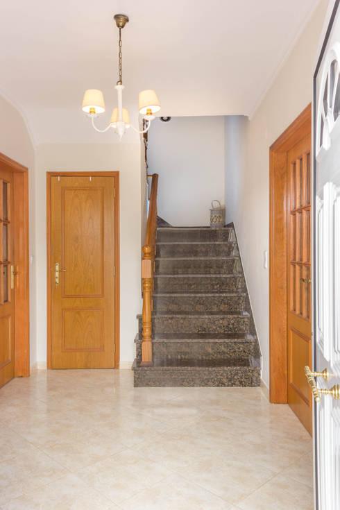 Pasillos y vestíbulos de estilo  por Pedro Brás - Fotógrafo de Interiores e Arquitectura | Hotelaria | Alojamento Local | Imobiliárias