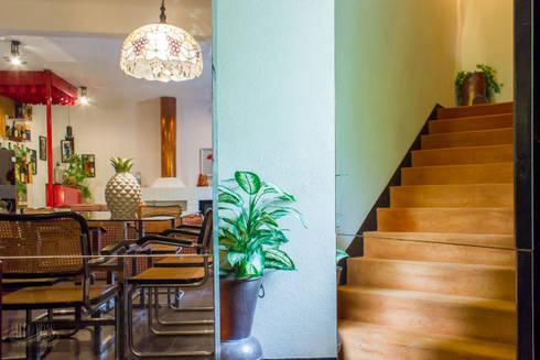 Passagem Secreta para 1º Andar: Corredores e halls de entrada  por Pedro Brás - Fotografia de Interiores e Arquitectura | Hotelaria | Imobiliárias | Comercial