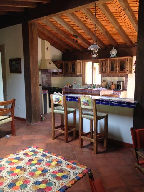 Cabaña Rustica: Cocinas de estilo rústico por MVarquitectos